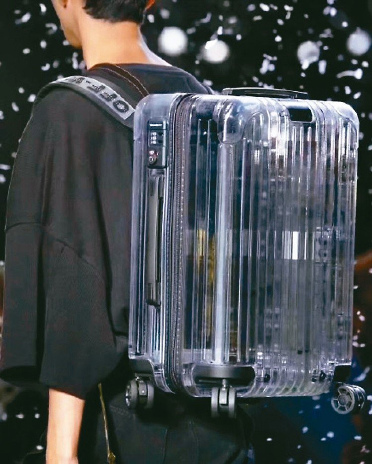Off-White聯手行李箱品牌RIMOWA打造的登機箱透明後背包,也成了本場秀...