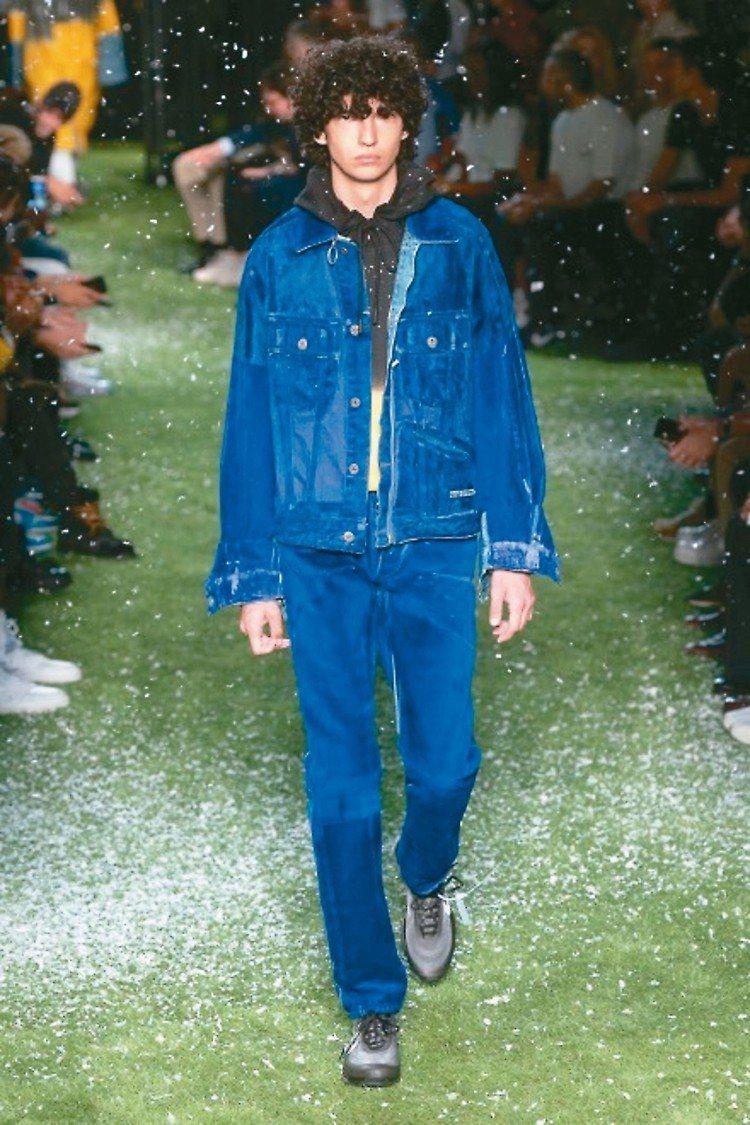 成套牛仔套裝,採用高彩度色調呈現出狂放自信的青春氣息。 圖/摘自微博