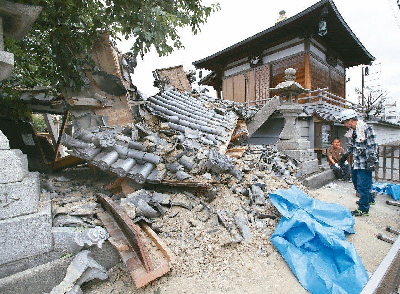 圖為大阪府茨木市一間寺廟大門倒塌。 美聯社