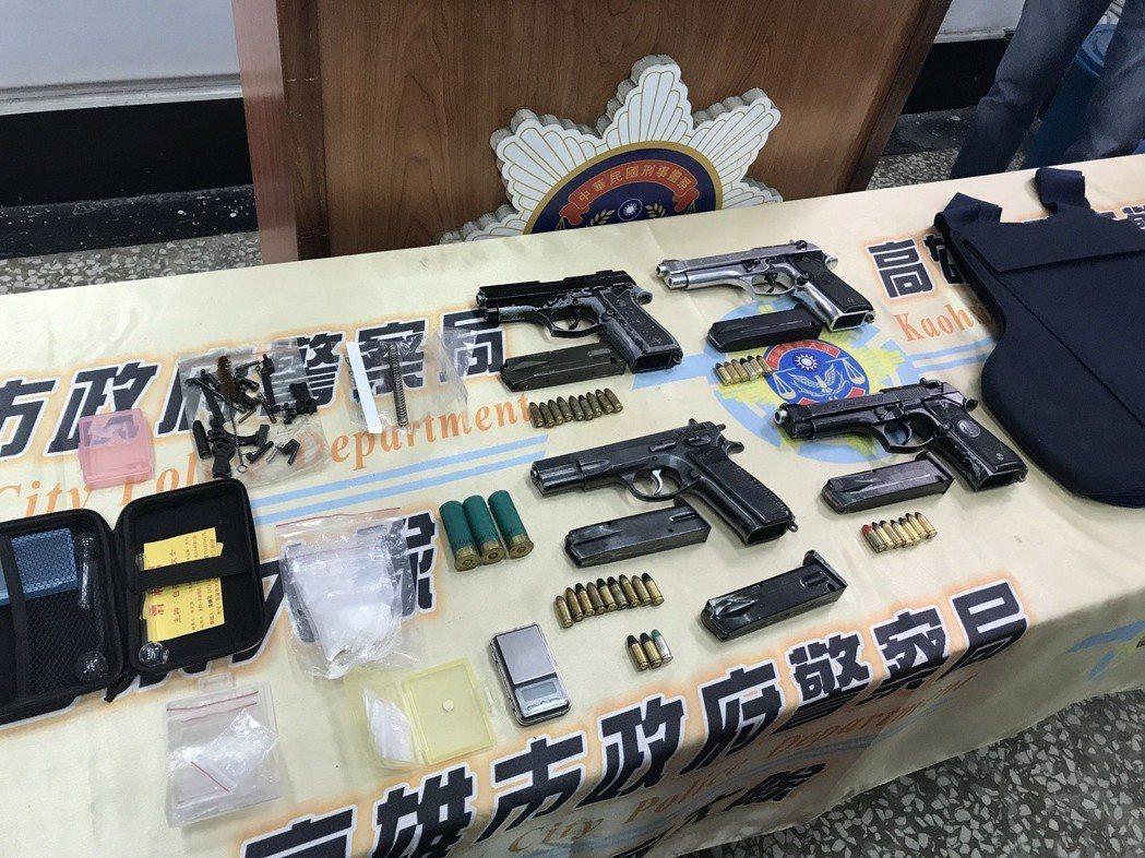 警方在通緝犯手提包起獲四把手槍、防彈背心等物品。 記者劉星君/攝影