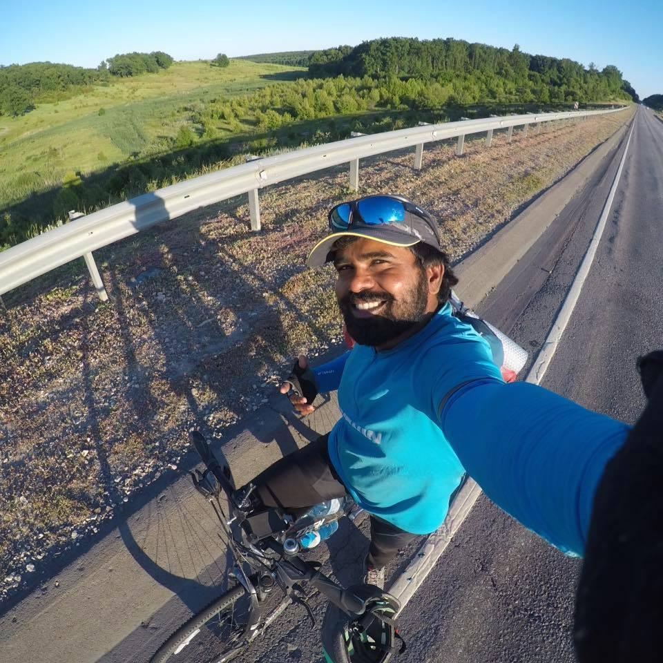 弗朗西斯騎單車前往莫斯科看世足賽。 圖/取自弗朗西斯臉書