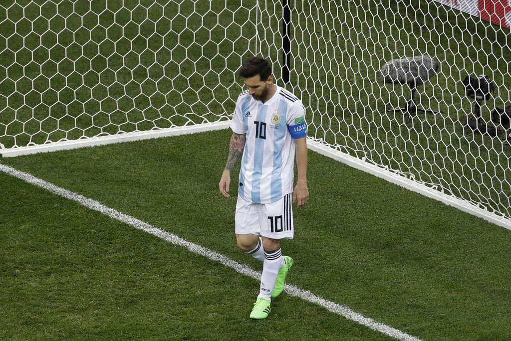 阿根廷遭克羅埃西亞痛宰,梅西神情落寞。 美聯社