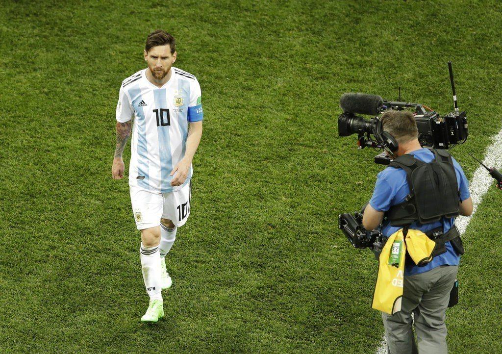 阿根廷慘敗,梅西當然成為媒體焦點,但他一路低頭沈默,面對媒體的追問不發一語。 ...