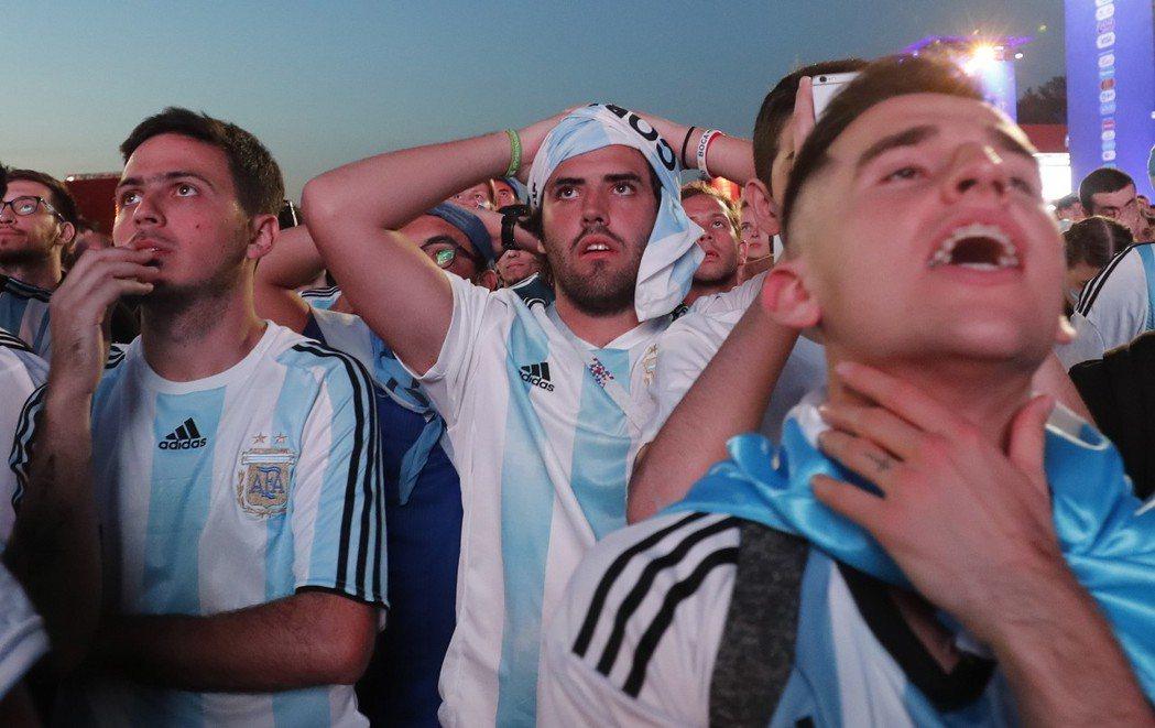阿根廷想晉級,只能寄望奈及利亞擊敗冰島,最後一場比賽再靠自己踢贏奈及利亞。 歐新...