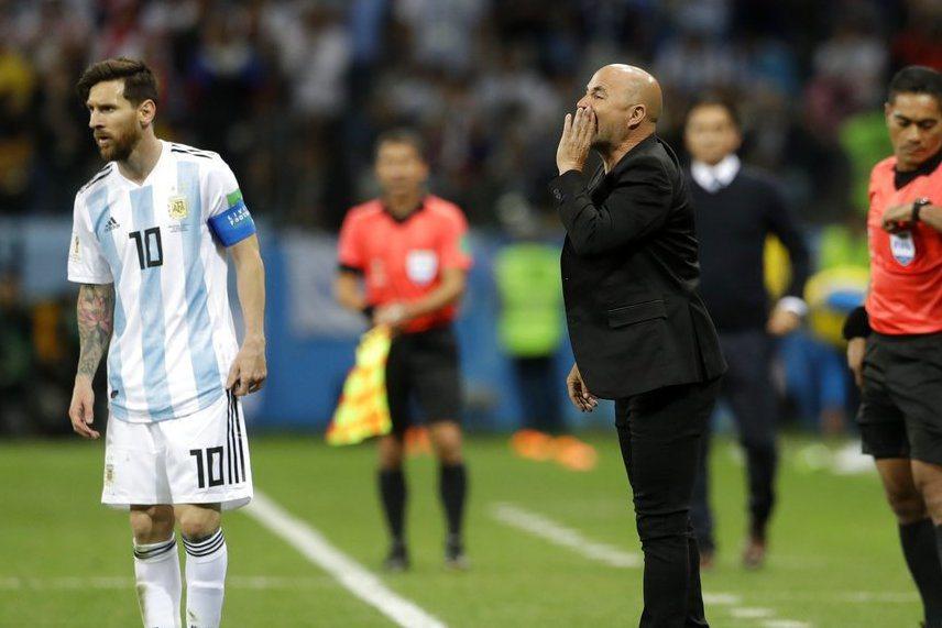 輸球不怪梅西(左),阿根廷教練(右)把責任一肩扛下,坦言球隊戰術未能奏效。 美聯...