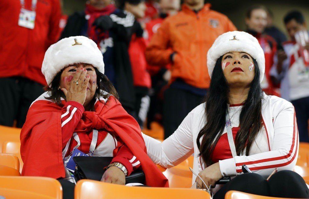 祕魯無緣晉級,球迷場邊掩面失望。 美聯社