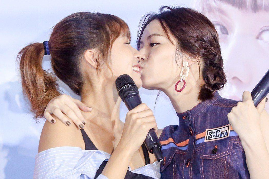 簡廷芮(左)舉行首張個人國語迷你專輯發片記者會,宋芸樺(右)上前擁抱親她臉頰,破...