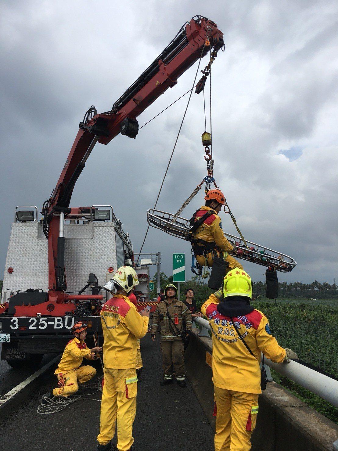 國道10號車禍,計程車司機墜落高架橋,消防隊正準備下橋救人。記者林保光/翻攝