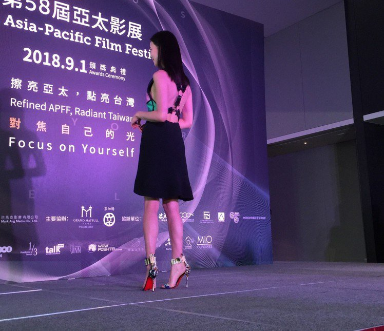 張鈞甯禮服設計突顯美背。圖/記者蘇詠智攝影