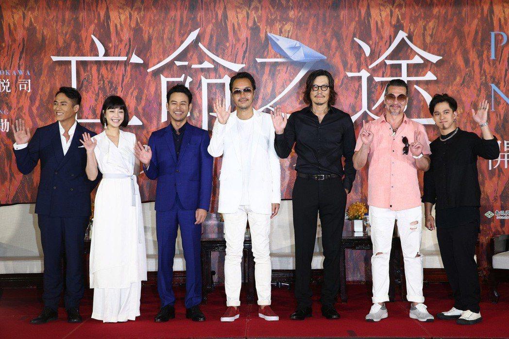 演員莊凱勛(左起)、謝欣穎、妻夫木聰、導演半野喜弘、豐川悅司、黃仲崑與黃遠昨天一...