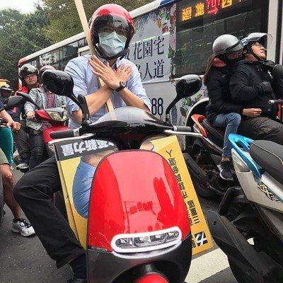 時代力量新北市板橋區市議員參選人彭盛韶靠電動機車跑行程。 圖/彭勝韶提供