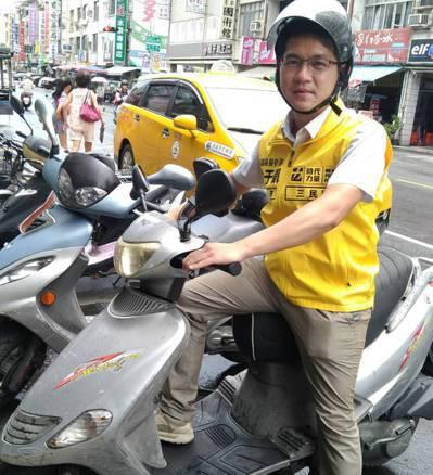 時代力量高雄市議員參選人林于凱喜歡騎二手125機車跑選舉行程,因為機動性高且好停...