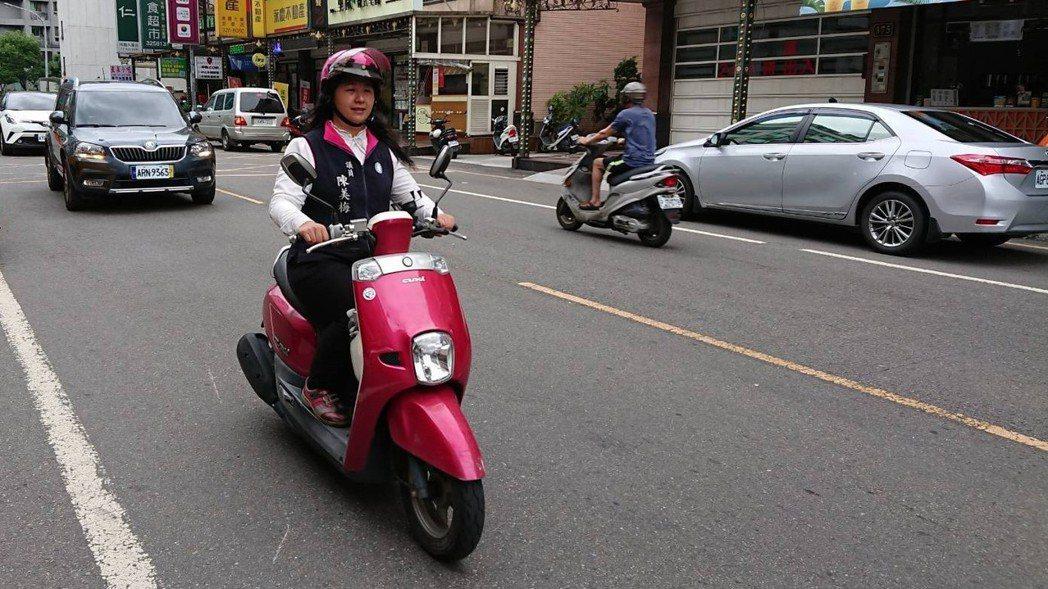桃園市議員陳美梅10多年前擔任市民代表時就騎機車跑行程,1年里程數超過1萬。 圖...