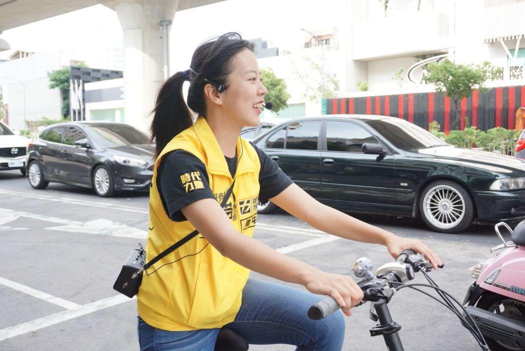 時代力量台中市議員參選人吳佩芸騎單車拜票。 圖/吳佩芸提供