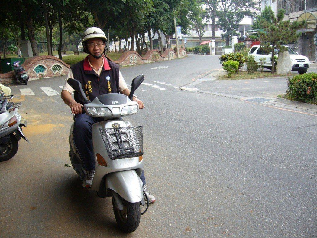 嘉義市議員傅大偉回想曾有一天有22個行程,騎機車機動性佳,也不用花時間找車位,才...