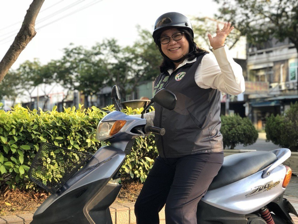 嘉義市議員王美惠不論晴天還是雨天都騎機車趴趴走,穿著繡有名字的背心,成為另類宣傳...