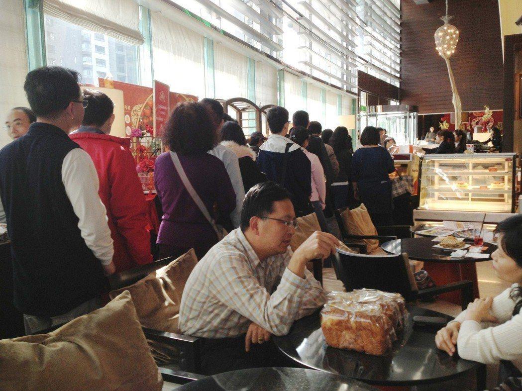 台中亞緻大飯店麵包坊大排長龍,客人幾乎都是公務員,這是國旅卡奇特的「周五消費效應...