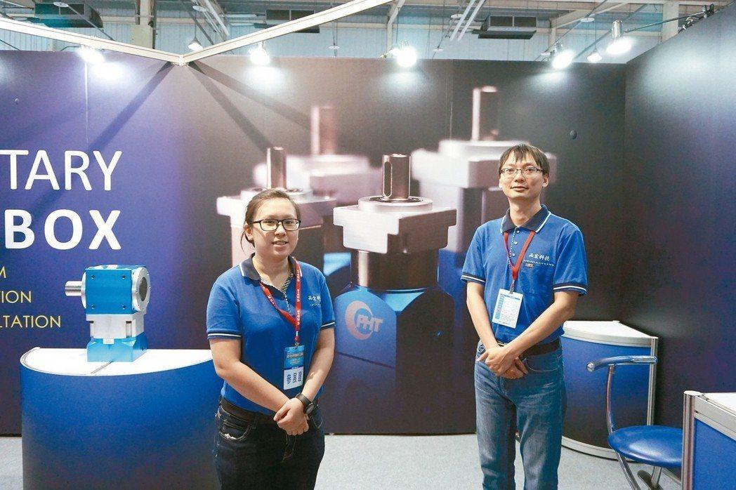 品宏科技業務主任陳玟翰(右)、業務助理黃婕如替業者提供生產解決方案。 金萊萊/攝...