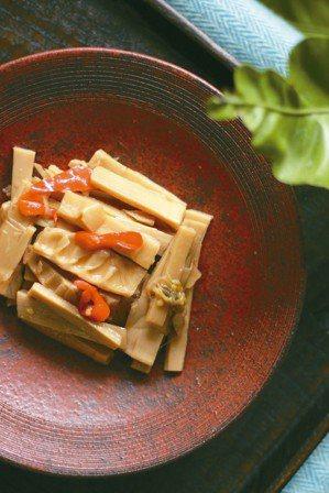 簡單的食物,挑選相稱器皿,也是一種生活療癒。 圖/徐銘志