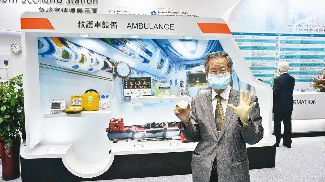 華新醫材集團董事長鄭永柱在「急診室情境主題館」,特別穿戴上自家專利設計的口罩及手...