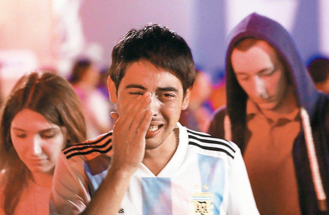 梅西被守死,阿根廷攻守失據,以0:3慘敗給克羅埃西亞,且踢完前兩場一勝難求,晉級...