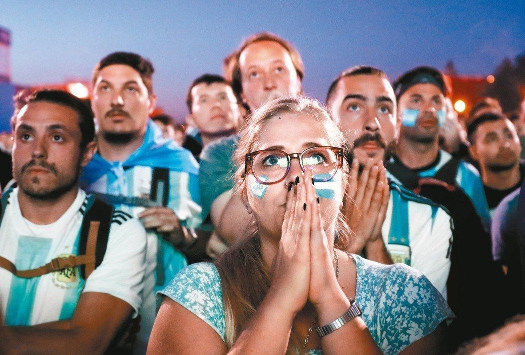 阿根廷慘敗,觀看實況轉播的球迷們滿臉錯愕。 歐新社
