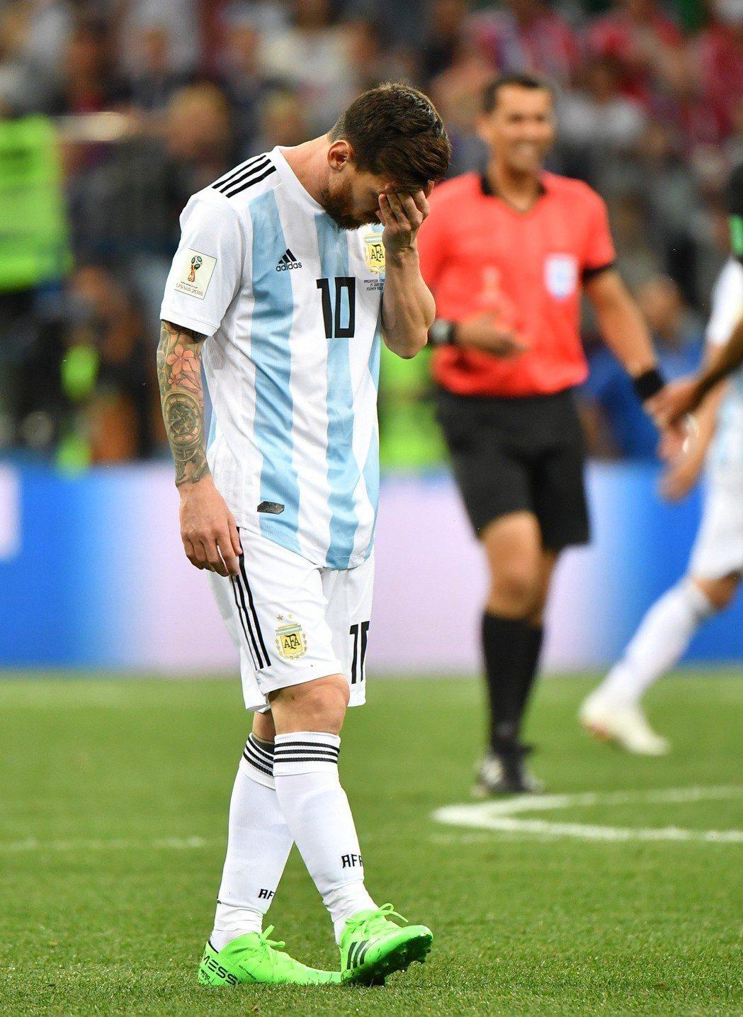 阿根廷隊球員梅西在比賽中神情沮喪。 新華社