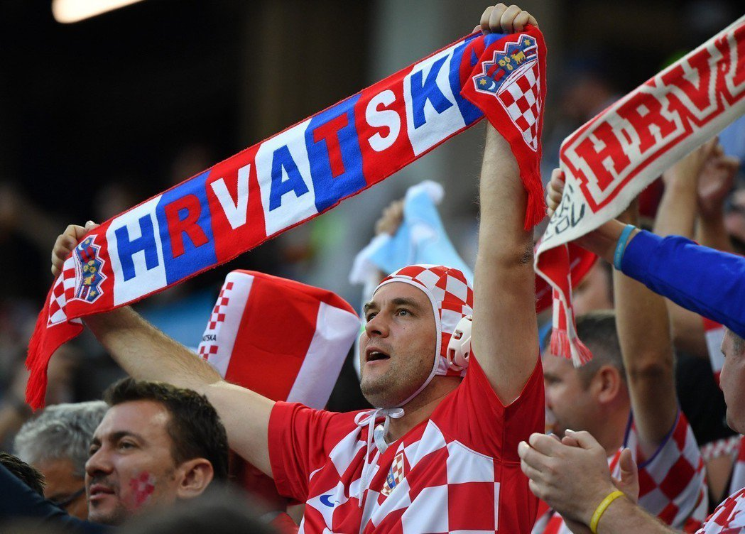 克羅埃西亞隊球迷在開賽前吶喊加油。 新華社