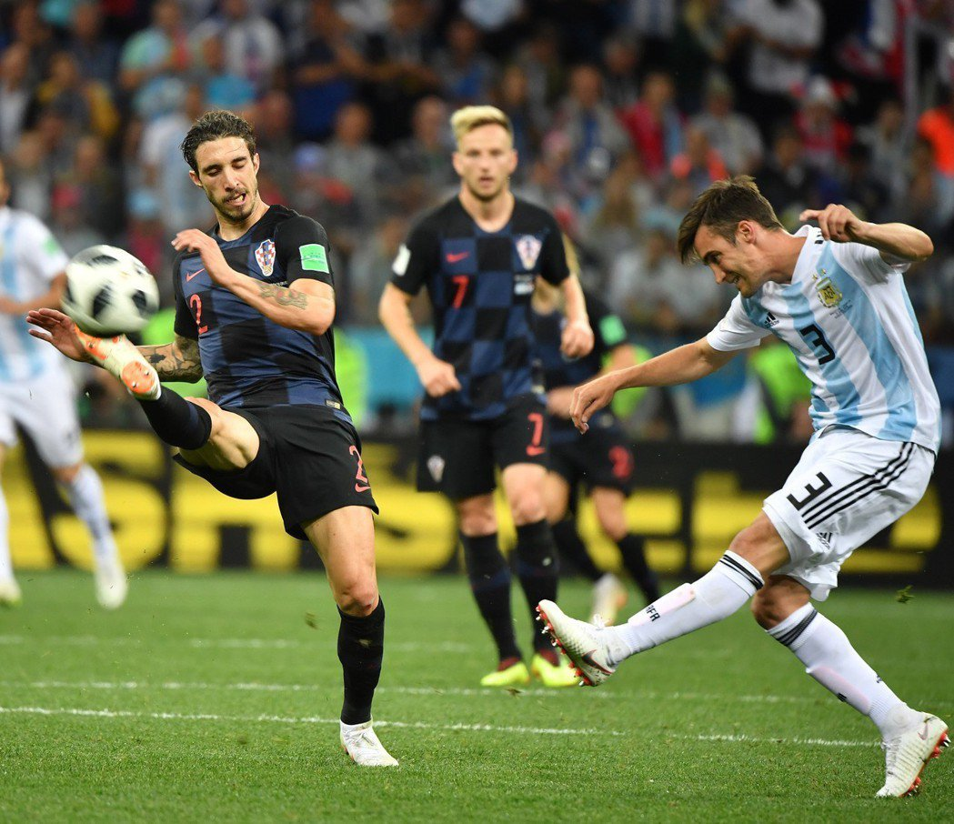 阿根廷隊球員塔利亞菲科(右)與克羅地亞隊球員弗爾薩利科(左)拼搶。 新華社