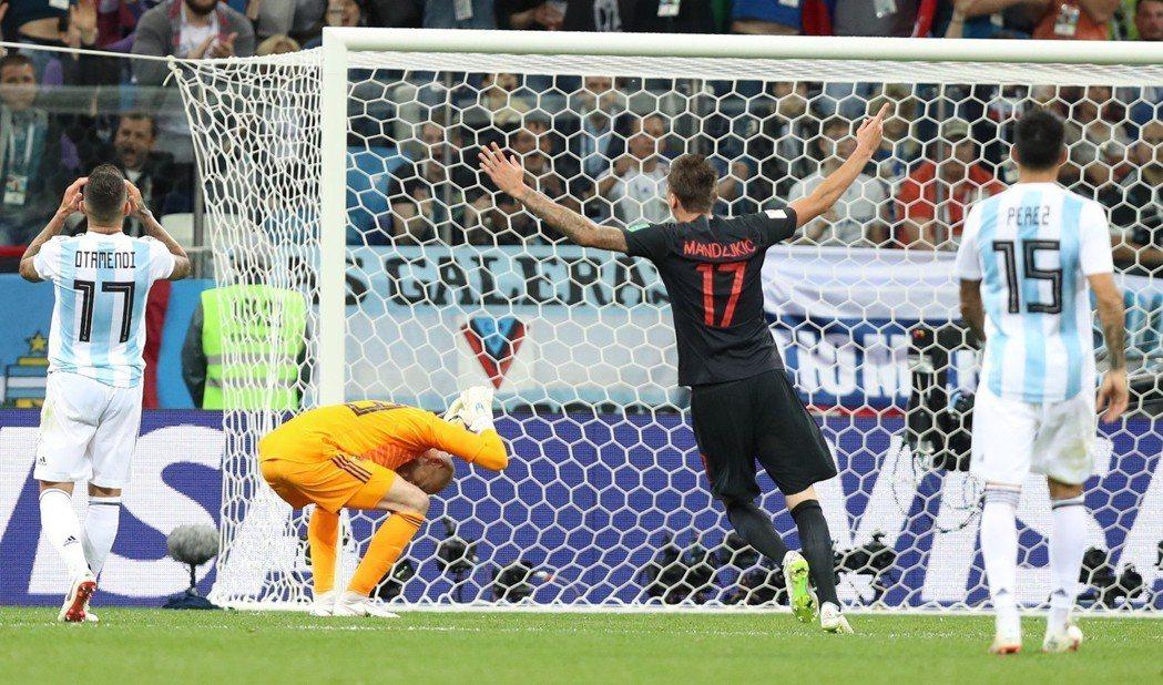 阿根廷隊門將卡巴列羅(左二)在克羅地亞隊球員雷比奇進球後懊惱不已。 新華社