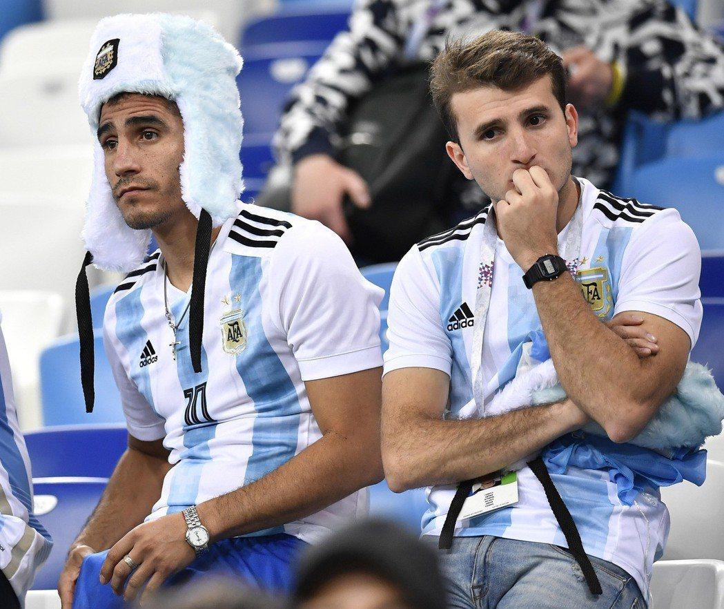 阿根廷隊球迷在比賽後表情沮喪。 新華社