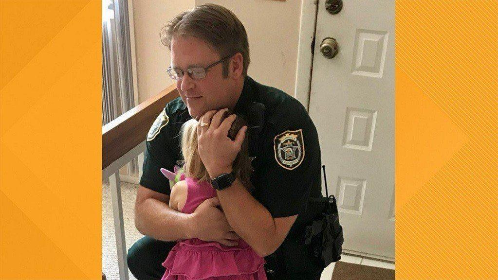 炎熱天氣下,一名遭母親遺棄在車裡長達12小時的美國佛羅里達州3歲女童,與救命的員...
