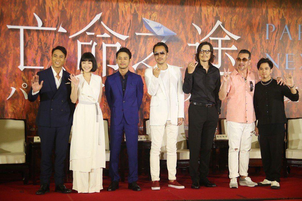 電影「亡命之途」開鏡記者會22日在圓山大飯店舉辦,導演半野喜弘(中)、演員妻夫木