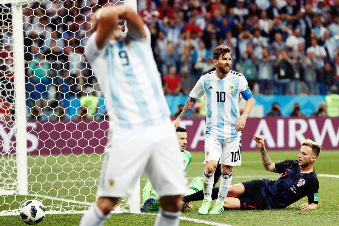 圖為比賽中,懊惱抱頭的阿根廷前鋒伊瓜因(Gonzalo Higuain)與梅西。...