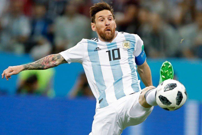 阿根廷梅西在極度高壓之下表現大為失常,球隊也無其他人能挺身而出,不但進不了球,還...