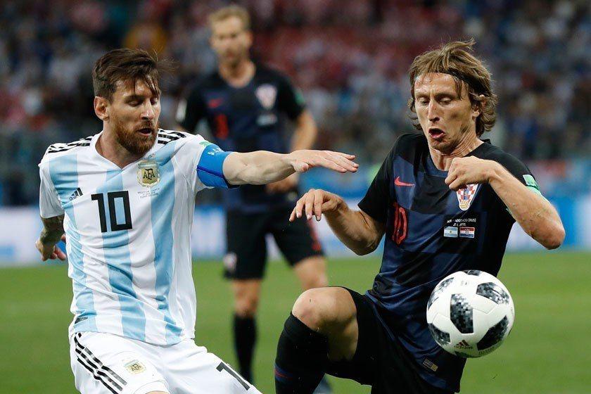 克羅埃西亞隊長莫德里奇(右)不但如金蛇纏沾手般地黏住梅西(左),還讓梅西踢得心浮...