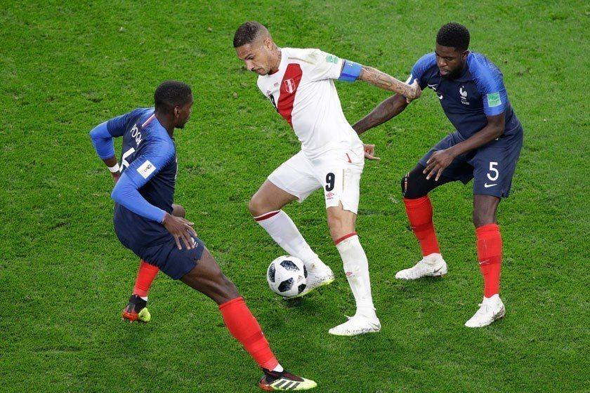 法國中場博格巴(左)不斷對秘魯進行反搶,為球隊製造了得分契機。 美聯社