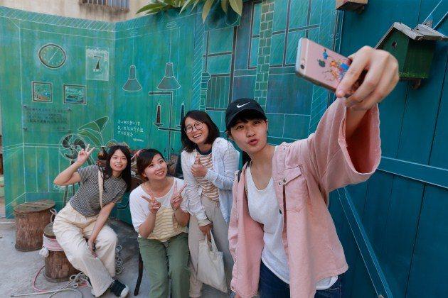 隱藏在台南市區的「蝸牛巷」,是由居民自發組成的街區,以「日常設計」展現歷史風情,...