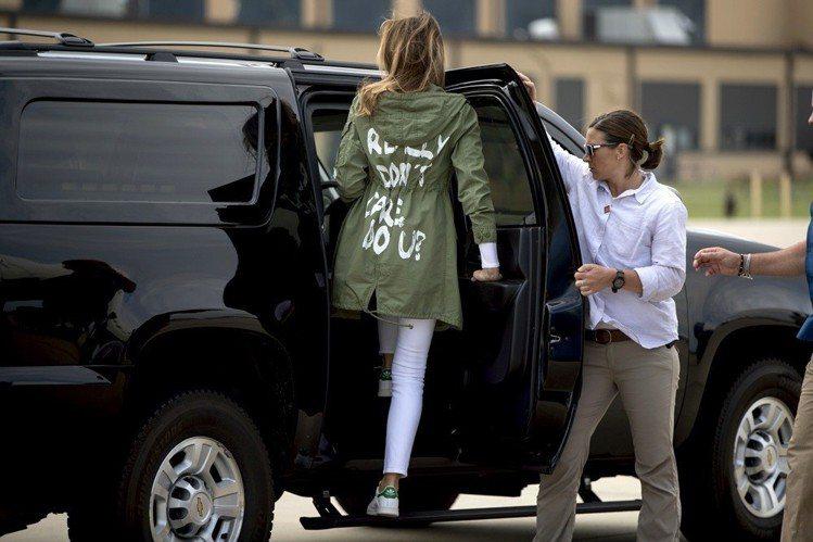 梅蘭妮亞川普穿著印有「我真的不在乎,你呢?」字樣的外套。圖/美聯社