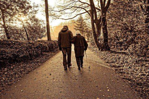 世界衛生組織在針對老年生活方針的調查中指出,健康與幸福的生活決取於社會環境。圖/...