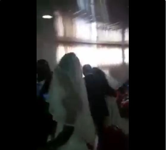 一場婚禮出現兩位新娘,讓新郎一個頭兩個大,小三大吵大鬧不願離開,賓客群起鼓譟,新...
