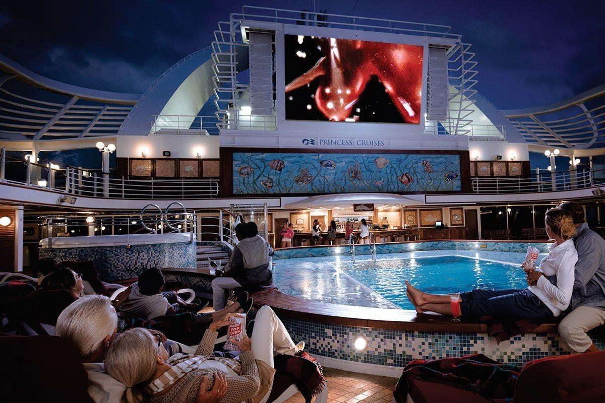 海洋擁抱、大地為屏,躺臥看著電影,就是人生一大至福享受。