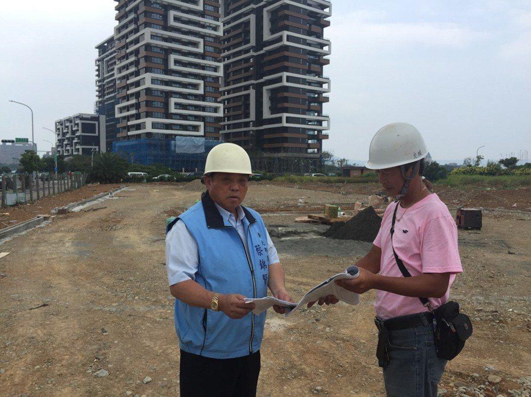 淡水區新市鎮的濱海路三段與崁頂五路的路口,市議員蔡錦賢(左)爭取了五百萬元,設置...