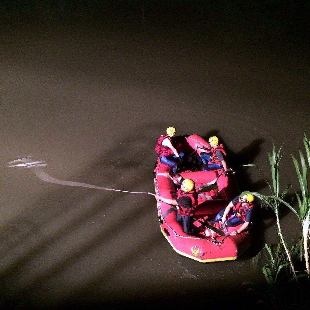 31歲許姓女子今天凌晨騎機車,行經彰化市彰鹿路72巷內石笱大排時,疑似自撞到救生...
