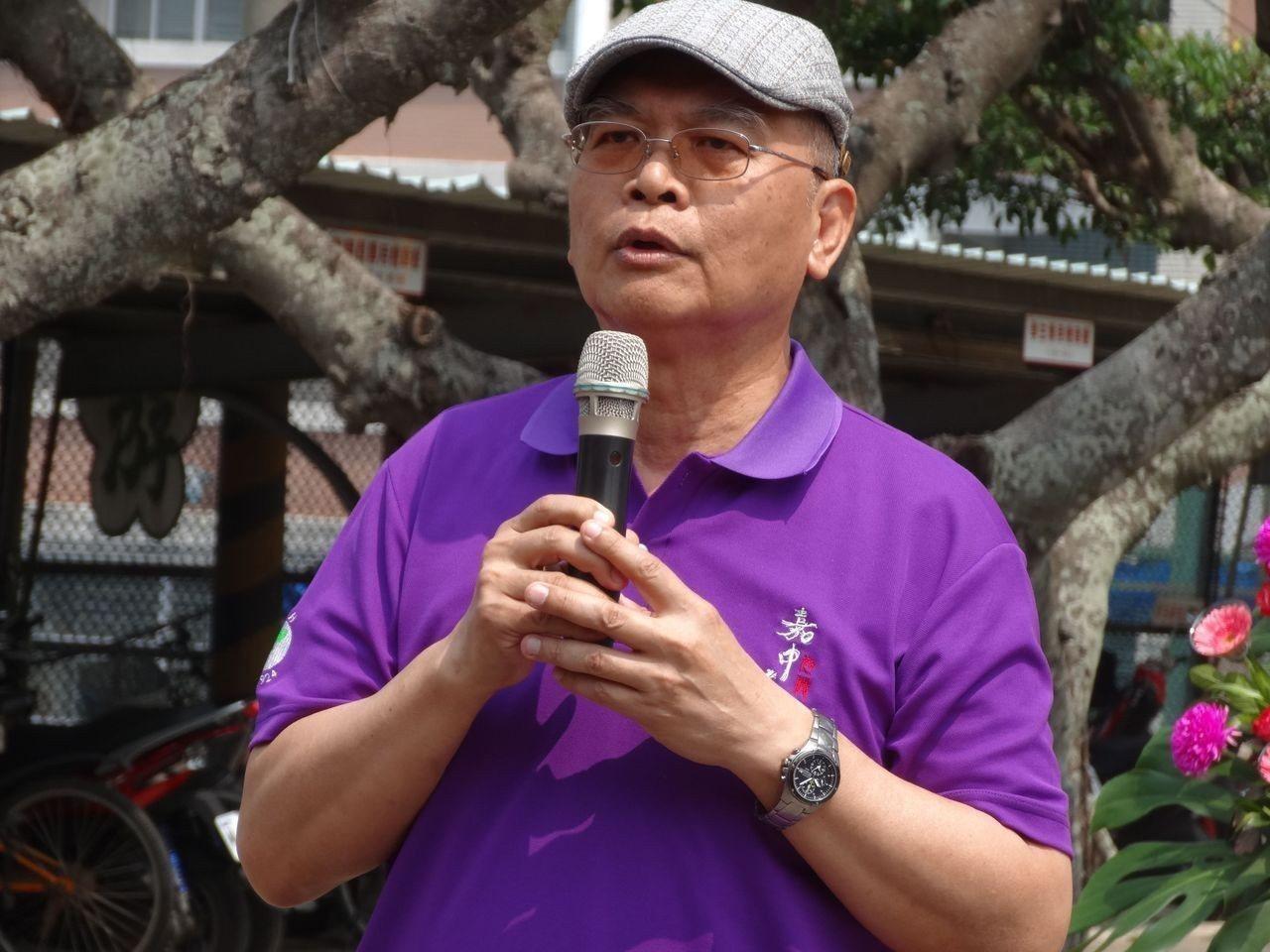 總統為軍公教年改道歉,詩人渡也不接受,他說,會破產的是總統。記者魯永明/攝影