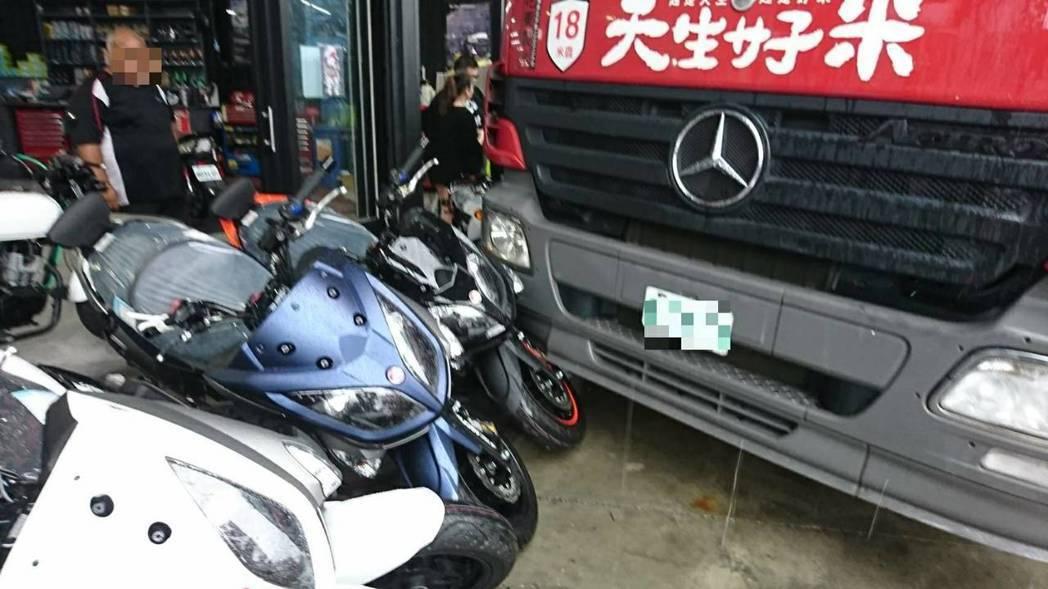台中市西屯區朝馬路前天中午發生一起貨車疑未拉手煞車,碰撞7輛品牌重機、一輛賓士休...