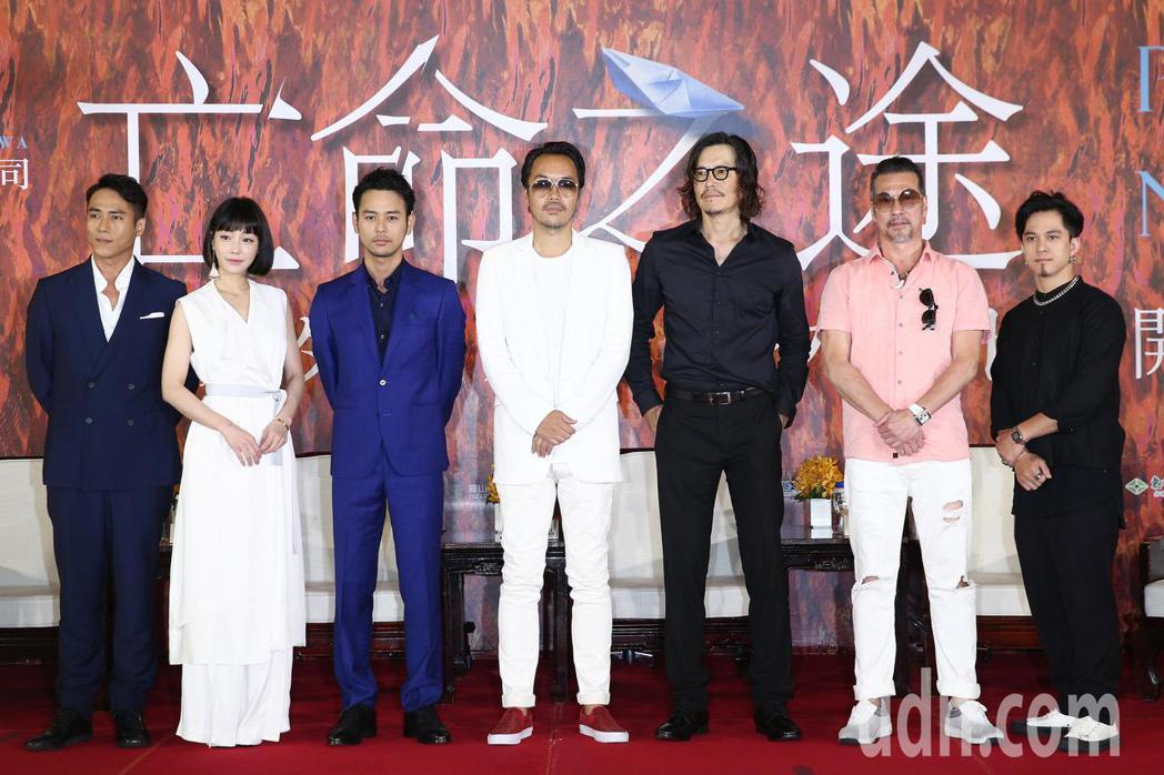 演員莊凱勛(左起)、謝欣穎、妻夫木聰、導演半野喜弘、豐川悅司、黃仲崑與黃遠上午出