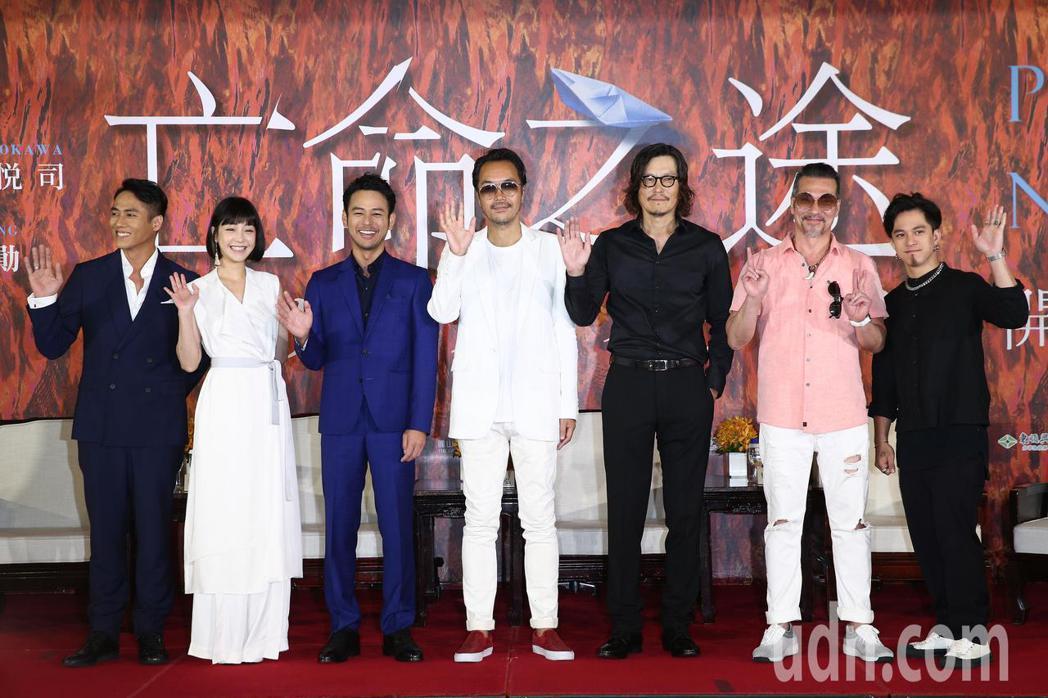 演員莊凱勛(左起)、謝欣穎、妻夫木聰、導演半野喜弘、豐川悅司、黃仲崑與黃遠上午出...