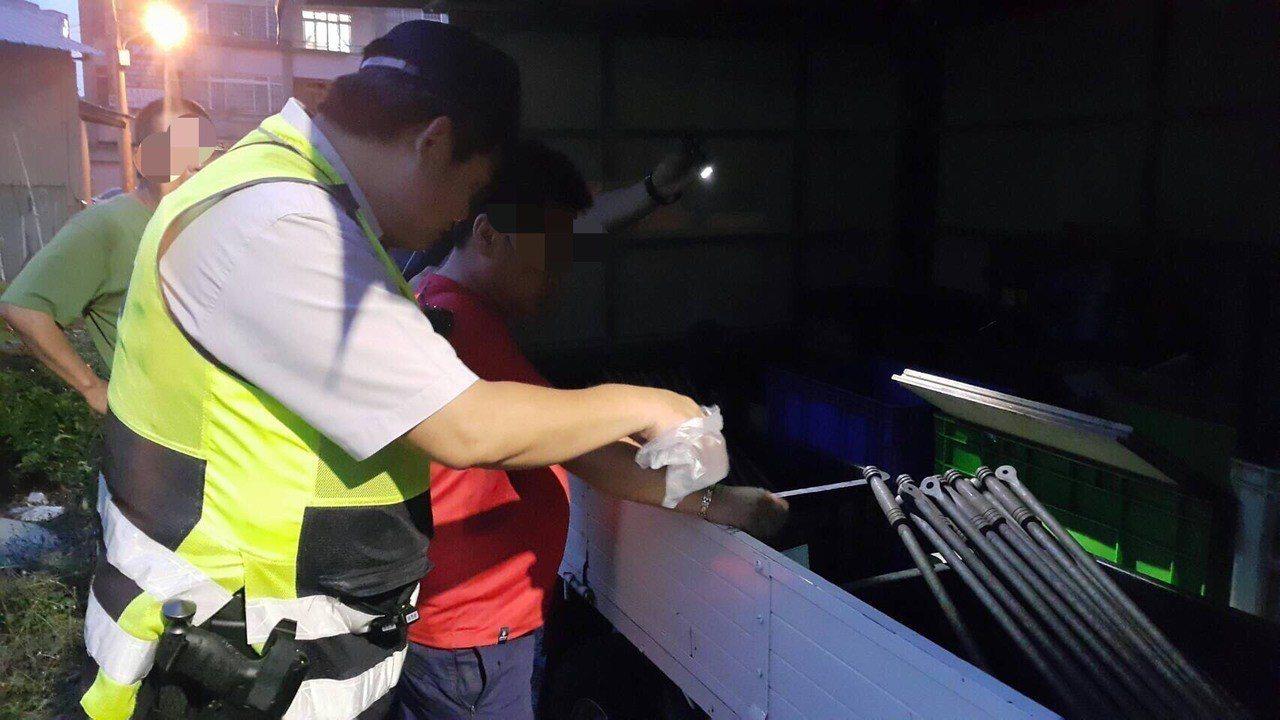 台中市蕭姓男子不滿被公司開除,昨晚持瑞士刀攻擊業者,警方在貨車內查獲凶刀。記者陳...
