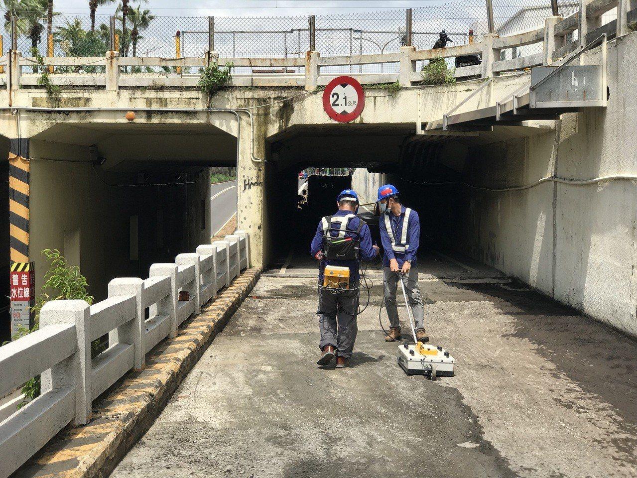 台南市東區大同地下道路面於19日發生坍塌,經連日搶修,預計今天下午3時恢復通行。...